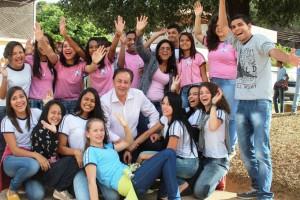 O prefeito Getúlio Neiva com estudantes que compareceram à solenidade de lançamento da pedra fundamental
