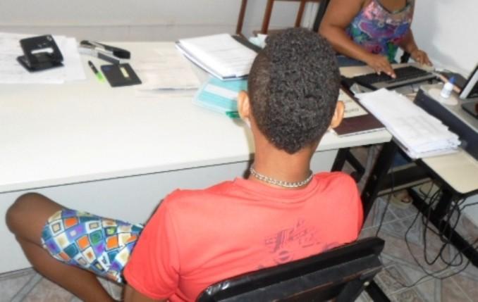 O adolescente, acompanhado da mãe, prestou depoimento na tarde desta segunda-feira (10) na delegacia de Polícia Civil de Araçuaí – Foto: Gazeta de Araçuaí