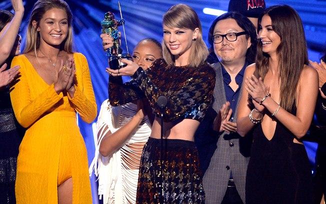 Taylor Swift recebeu quatro prêmios e foi a maior vencedora do VMA 2015