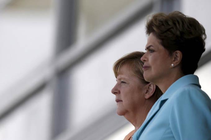 A presidente Dilma Rousseff e a chanceler alemã Angela Merkel em encontro em frente ao Palácio do Planalto, em Brasília — 20/08/2015 (Ueslei Marcelino/Reuters)