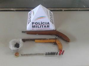 PM apreendeu duas armas e munição (Foto: Divulgação/PM)