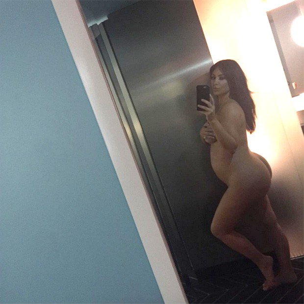 Kim Kardashian posa grávida e nua