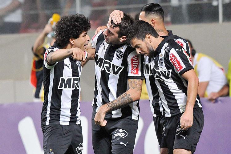 Luan, Giovanni Augusto e Donizete comemoram com Lucas Pratto, decisivo na partida no Horto - Foto: Divulgação