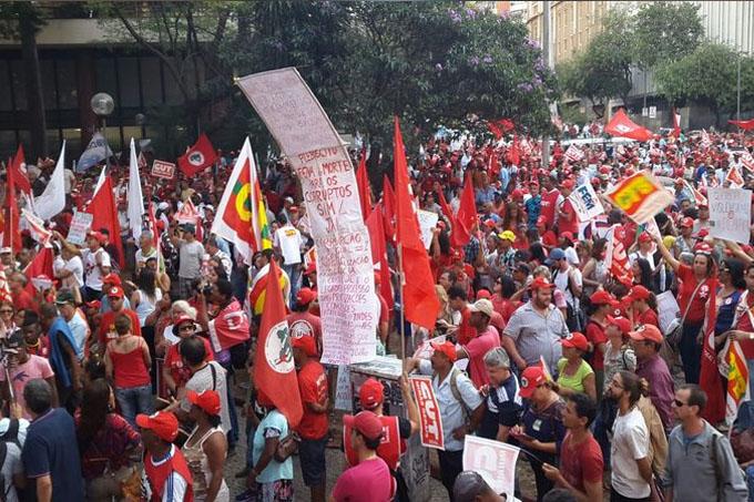 Manifestantes querem a manutenção do mandato de Dilma, mas são contrários a Eduardo Cunha e o ajuste fiscal