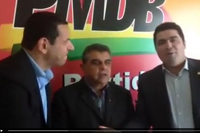 O novo presidente do PMDB de Teófilo Otoni, Nagib Nedir, aparece em vídeo entre o deputado estadual Cabo Júlio e o deputado federal Newton Cardoso Jr.