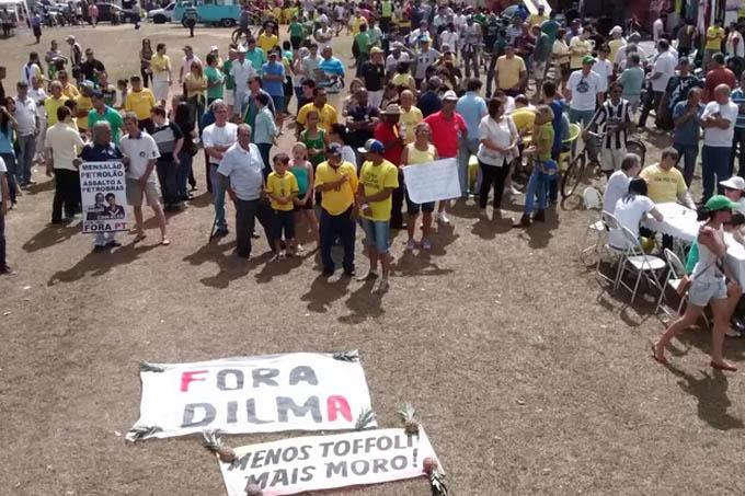 Em Ipatinga, os manifestantes reclamaram dos governos municipal, estadual e federal. (Foto: Patrícia Belo / G1)