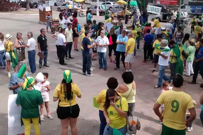 Em Timóteo, os manifestantes levaram vassouras para varrer a corrupção (Foto: Patrícia Belo / G1)