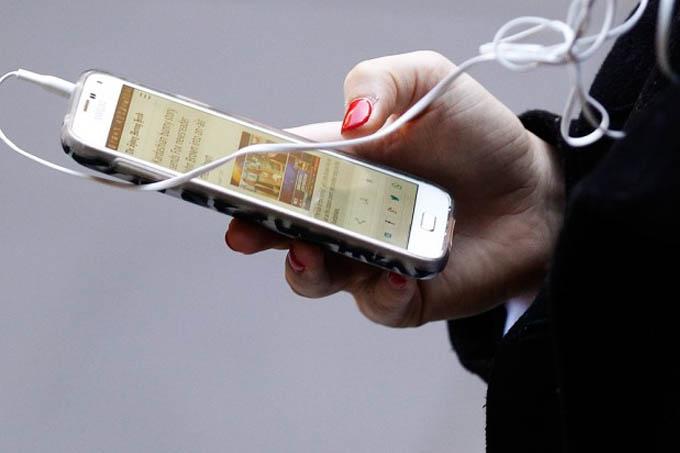 Pesquisa da Nielsen realizada com 2 000 pessoas em dezembro constatou que 54% dos compradores de e-books usam seus smartphones para ler ao menos em algum momento (Crédito: Brendon Thorne/Getty Images)