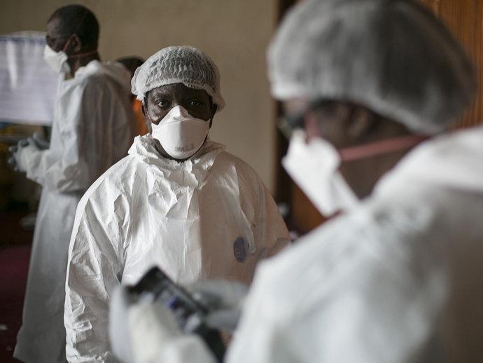 Médicos de Serra Leoa vestem roupas de proteção contra o vírus Ebola, em um hospital de Freetown, capital do país