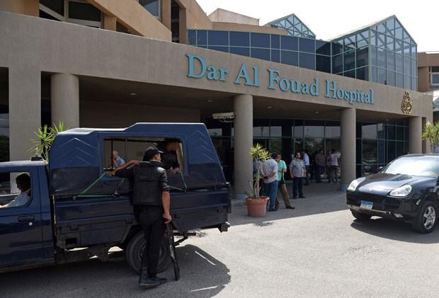 Equipes de segurança egípcias são vistas em frente a hospital onde turistas feridos em ataque por engano estão internados no Cairo nesta segunda-feira (14) (Foto: Mohamed El-Shahed/AFP )