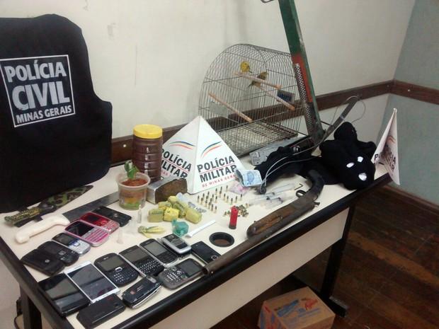 Foram apreendidos celulares, drogas, arma de fogo e munição (Foto: Divulgação/PC)