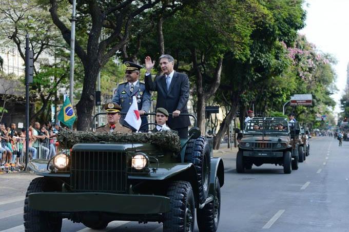O governador Fernando Pimentel desfila em carro aberto abrindo o desfile na capital (Manoel Marques/Imprensa MG)