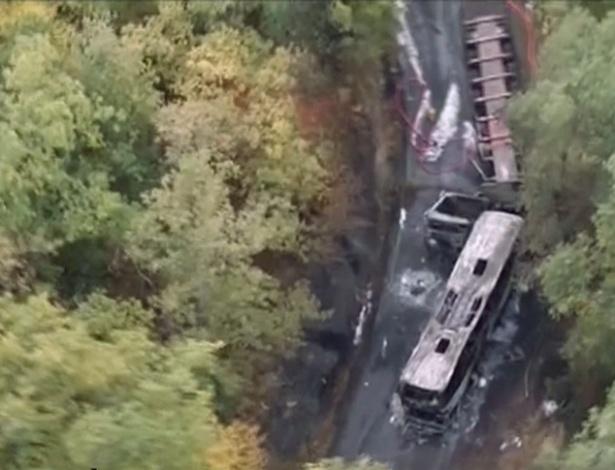 Imagem aérea mostra local em que um caminhão e um ônibus colidiram e pegaram fogo próximo a Puisseguin, na França - Foto: UOL