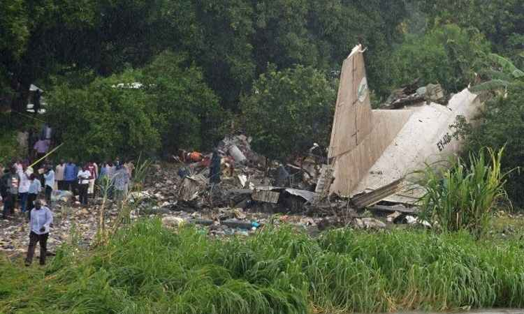 Aeronave caiu a 800 metros do aeroporto (foto: CHARLES LOMODONG/AFP)