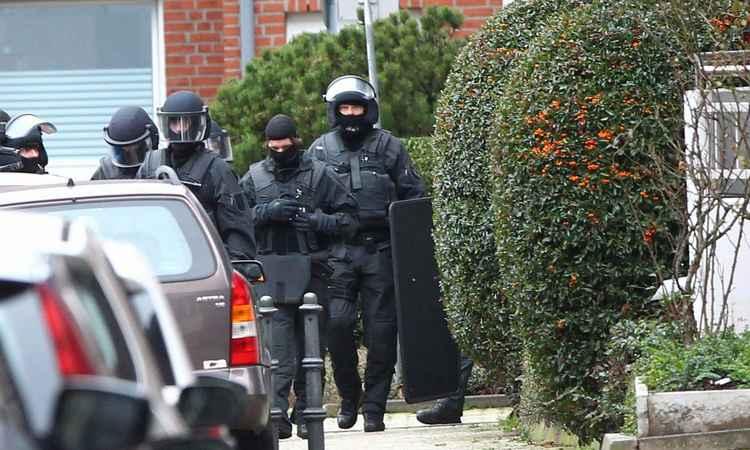 Agentes durante a operação em Alsdorf (Foto: RALF ROEGER/DPA/AFP)