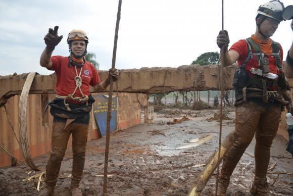 Bombeiros do Espírito Santo e de Santa Catarina vão ajudar nos trabalhos de busca em Mariana (MG) Antonio Cruz/ Agência Brasil.