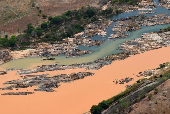 Onda de lama, procedente do rompimento de barragens em Mariana (MG), invade o Rio Doce - Foto: Fred Loureiro/Secom-ES