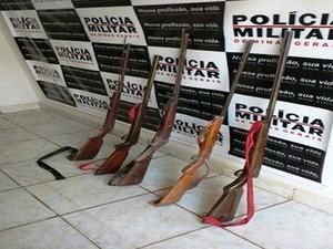 Armas apreendidas no local onde o casal morava (Foto: Divulgação / Polícia Militar)