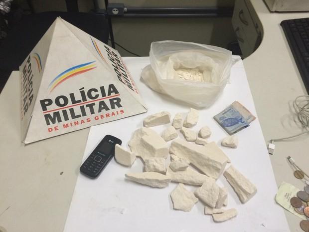Droga estava na mochila do suspeito (Foto: Divulgação / PM)