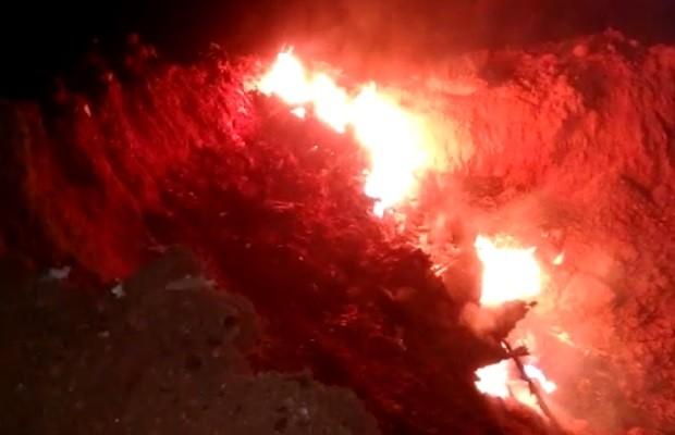 Destroços de avião em chamas após queda na divisa entre Goiás e Minas Gerais (Foto: Fábio Henrique Farias / Arquivo pessoal)