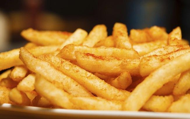 A batata, quando frita, sofre uma reação química que libera a acrilamida, substância que é cancerígena