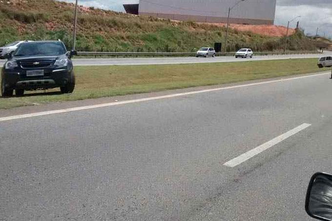 O trânsito leto faz muitos motoristas passarem pelo canteiro tentando mais agilidade