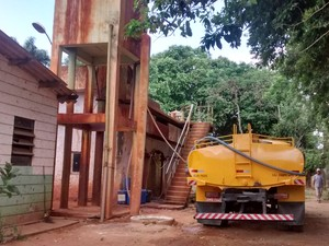 Caminhões pipas estão buscando água no Rio Santo Antônio, em Naque (Foto: Patrícia Belo / G1)