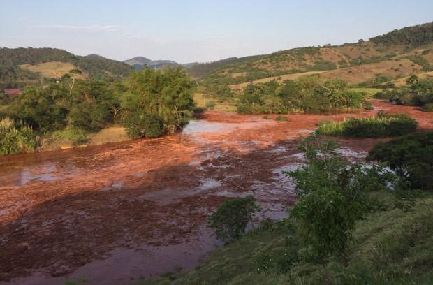 Fotos mostram o acúmulo de sujeira e lama ao longo do rio Doce (Foto: Silvério Joaquim da Luz/Divulgação)