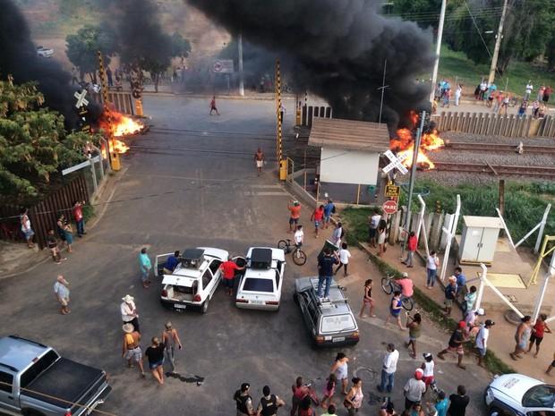 Moradores atearam fogo na linha férrea em Resplendor (MG) - Foto: Stéphano Mattos/Arquivo Pessoal)