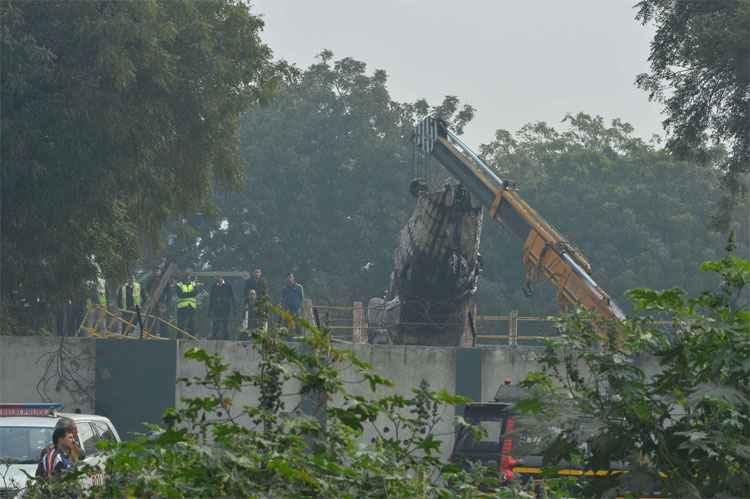Parte da fuselagem é retirada do local do acidente - Foto: Chandan Khanna)
