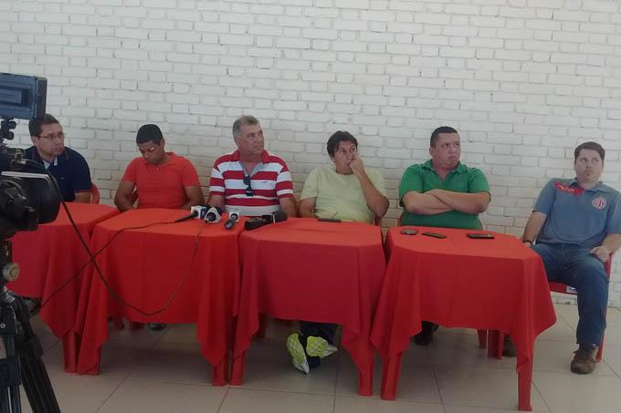 Mesa Diretora dos trabalhos da coletiva de imprensa que tinha o objetivo de apresentar o Sr. Wesley Oliveira como diretor de futebol do América-TO (foto: David Ribeiro Jr | minasreporter.com)