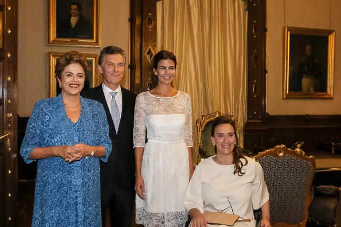 Embora tenha chegado atrasada para a cerimônia, a presidente Dilma Rousseff posou com o novo presidente da República da Argentina, Maurício Macri - 10/12/2015 (Roberto Stuckert Filho/PR)