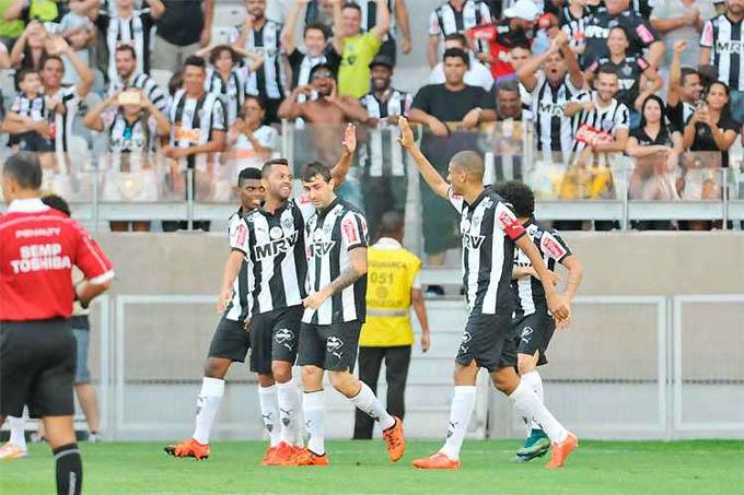 Leo Silva comemora o gol, o segundo na vitória por 3 a 0 no Mineirão: despedida com mais dinheiro no bolso