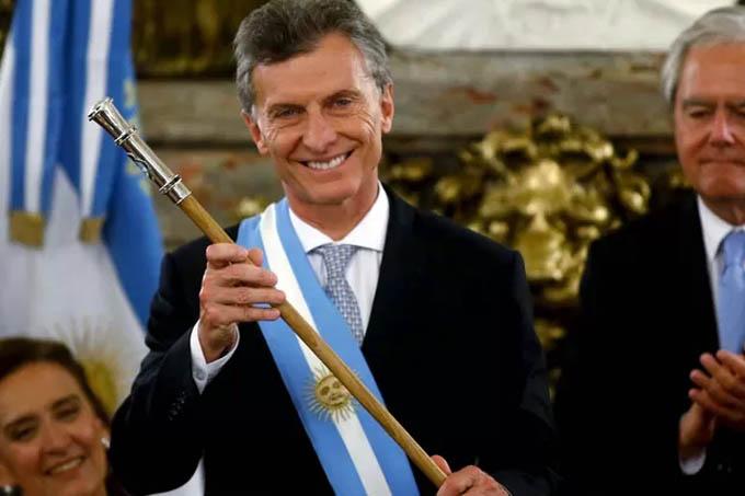 O novo presidente da Argentina, Maurício Macri, com a faixa e o bastão presidenciais