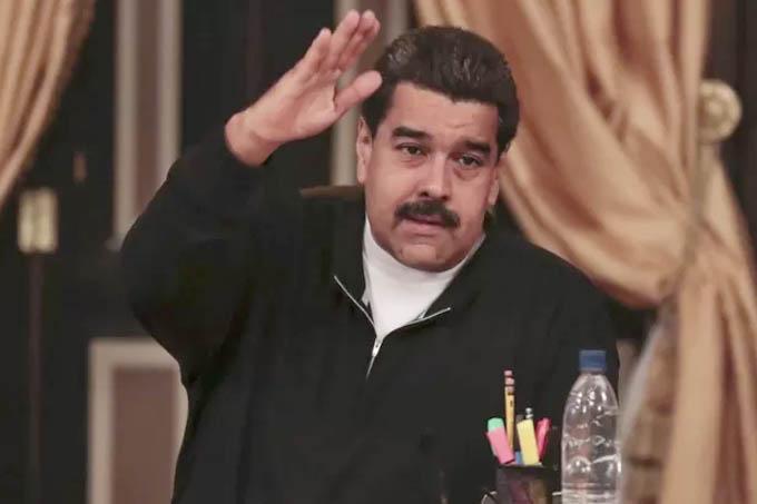 Nicolas Maduro gesticula em reunião com governadores e ministros no Palácio de Miraflores em Caracas (Foto: Palácio Miraflores / via Reuters)