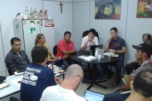 O vereador Daniel Sucupira em reunião no seu gabinete