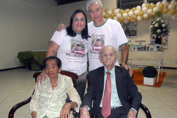 O vereador Dr. Gilson Dentista e sua esposa, a advogada Carla Almeida, com o casal Vô Gerônimo e Vó Morena
