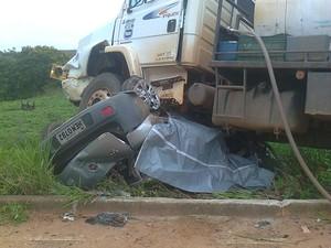 Veículo foi esmagado pelo caminhão - Foto: George Gonçalves/Inter TV dos Vales)