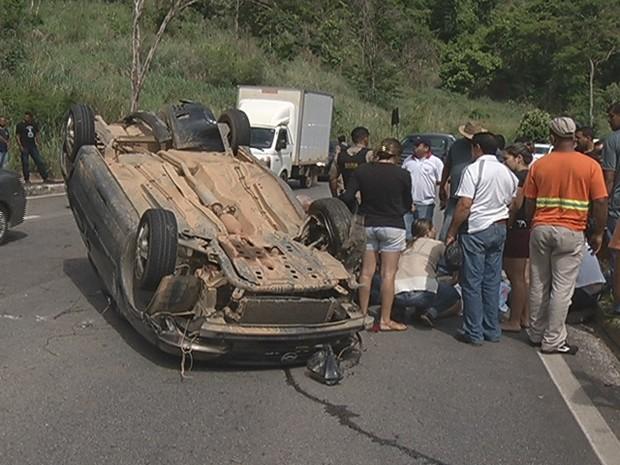 Duas pessoas que estavam no carro ficaram feridas - Foto: Reprodução / Inter Tv dos Vales )