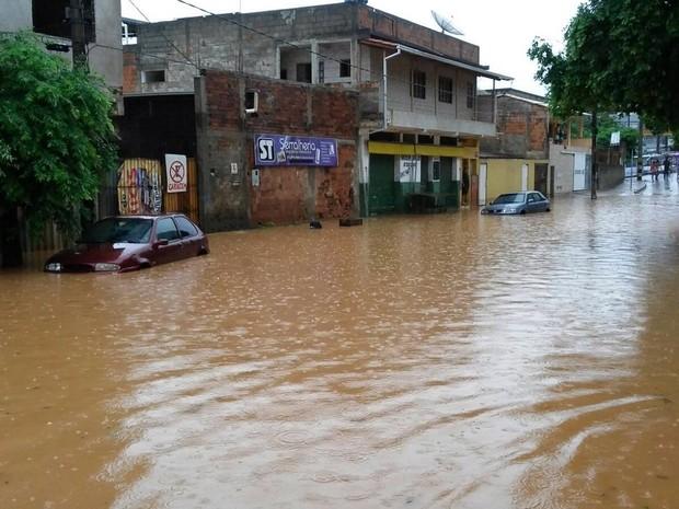 Chuva alagou ruas no Bairro Surinan - Foto: Ribana Reis/ Arquivo pessoal)