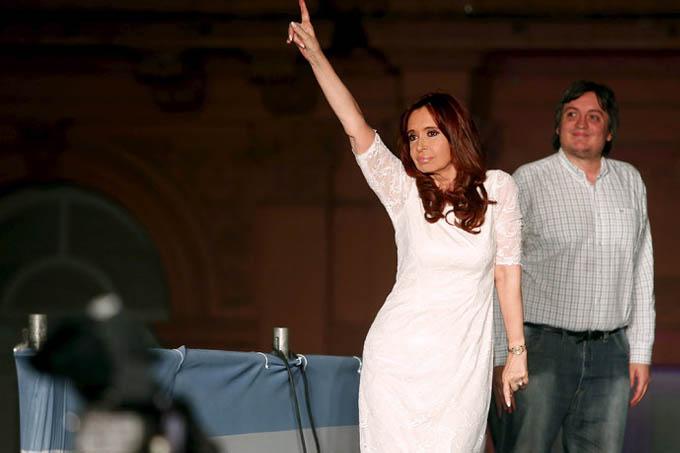 Cristina Kirchner em despedida da Presidência na Casa Rosada, em frente à Praça de maio (VEJA.com/Reuters)