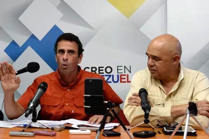 O governador de Miranda e opositor venezuelano Henrique Capriles fala ao lado do presidente da coalizão de oposição MUD, Jesus Torrealba, durante coletiva de imprensa no início do processo eleitoral, em novembro. Já havia a expectativa de vitória desde o primeiro momento (Foto: AFP PHOTO/FEDERICO PARRA)