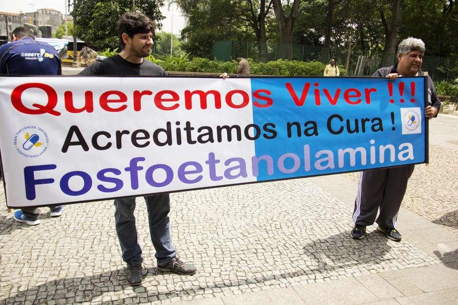 Pacientes de câncer protestam por liberação da pílula da USP