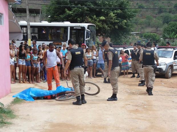 Vitima foi morta na Avenida Sanitária (Foto: Wilkson Tarres/G1)