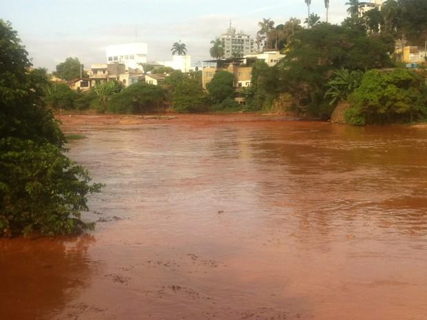 Lama com rejeitos de usina em Mariana (MG) atingiu o Rio Doce (Foto: Sávio Scarabelli/G1)