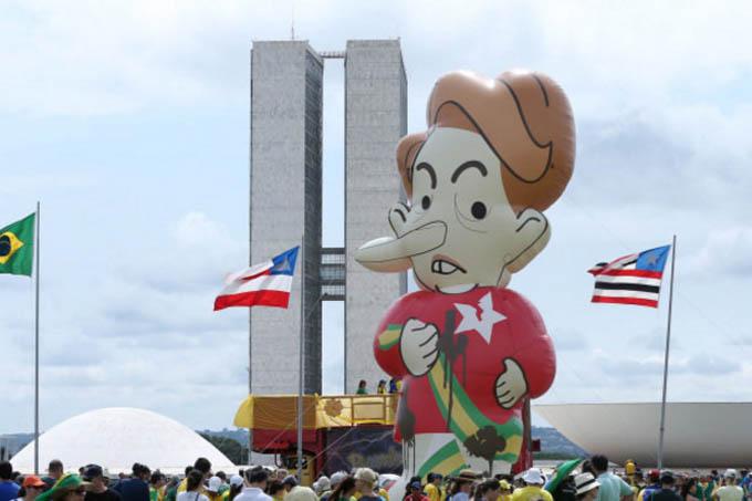 Grupo de manifestantes pró-impeachment se reúne nos arredores do Congresso Nacional em Brasília (DF) - 13/12/2015 (foto: André Coelho/Agência O GLOBO)