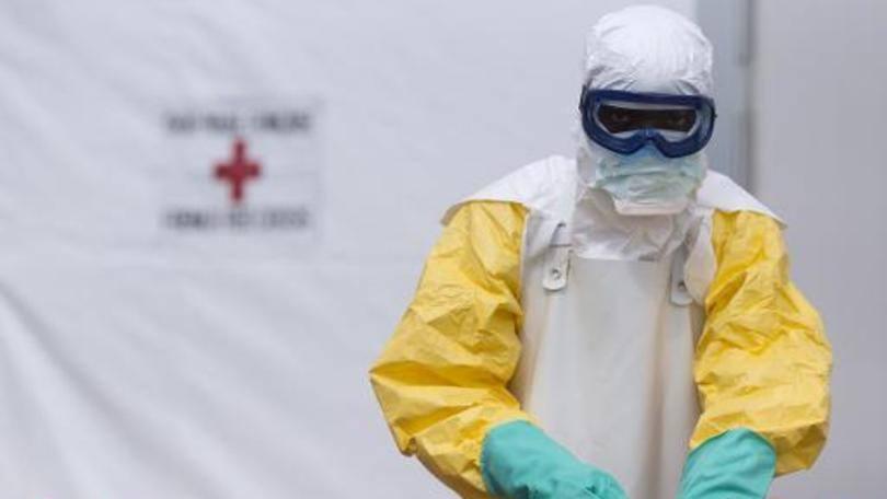 Funcionário trabalha em um centro de tratamento do ebola em Macenta, Guiné