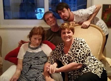Tônia com seus familiares durante as comemorações de fim de ano em sua casa