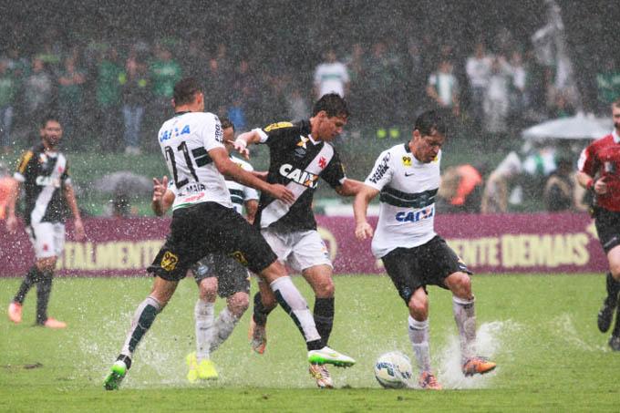 Lance do Vasco durante partida contra o Coritiba jogo válido pela 38ª rodada do Campeonato Brasileiro 2015(Paulo Lisboa/Folhapress)