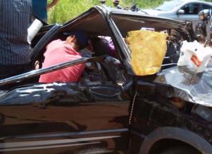Os militares precisaram cortar o teto do veículo para retirar uma das passageiras que estava no banco traseiro - Foto: Divulgação